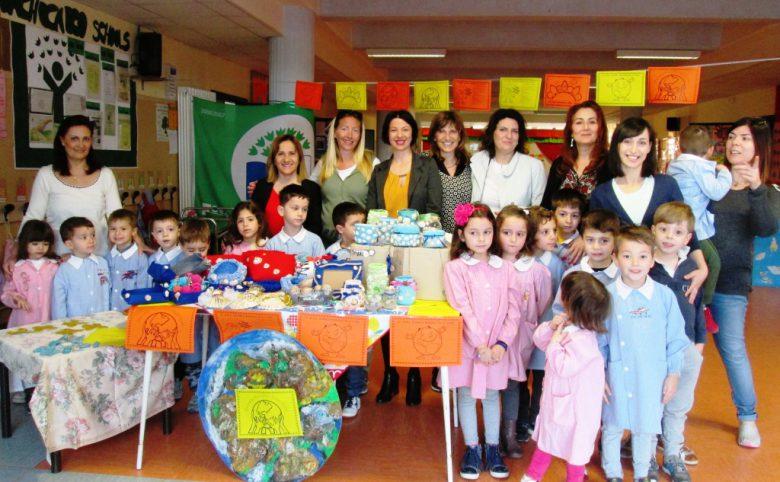 Foto di gruppo con la Dirigente D'Ignazi, alunni, docentie genitori