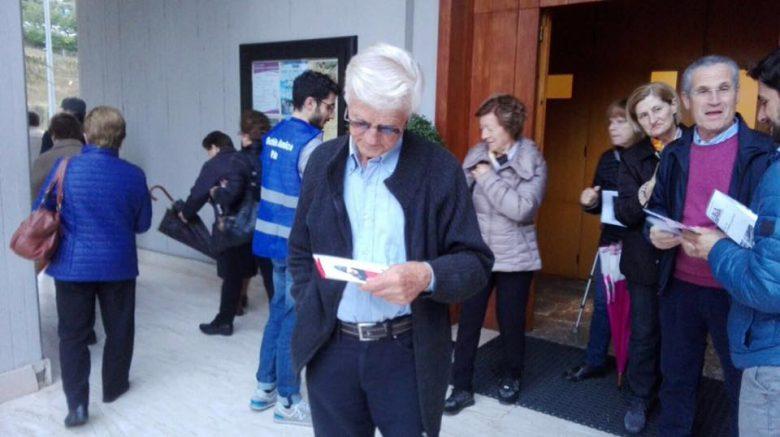 Distribuzione dei vademecum sulla sicurezza (foto tratta dalla pagina Facebook Occhio Amico Pda)