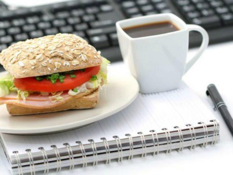 Pranzo in ufficio (foto tratta dal sito vitadadonna.com)