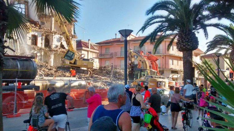 Abbattimento palazzina in via Mare, 28 giugno (foto di Milena Casciaroli)