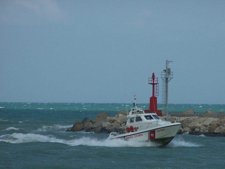 Barca in avaria, la Guardia Costiera salva 5 persone