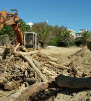 Mareggiata, detriti e legna sulla spiaggia di San Benedetto per la pulizia dei mezzi preposti