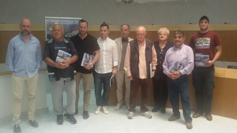 Piernicola Cocchiaro, il secondo da destra, assieme agli amici che aiutano la realizzazione di Scultura Viva