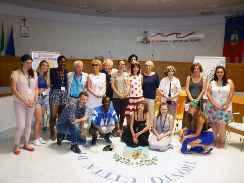 I Ragazzi di Cinemadamare assieme agli organizzatori del Premio Libero Bizzarri e alcune personalità dell'amministrazione comunale