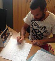 Pezzotti firma il rinnovo (foto rilasciata dalla Sambenedettese)