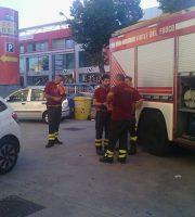 Pompieri a colloquio dopo aver messo in sicurezza l'area, 18 luglio