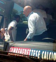 La squadra sale sull'autobus, Alessandro Sabatino si nota all'interno