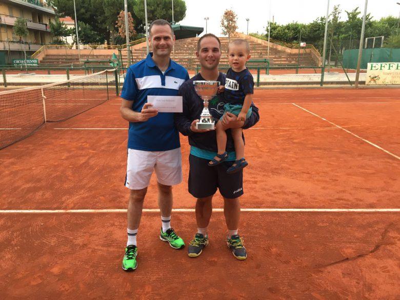 Il presidente Alduino Tommolini premia il vincitore del torneo Palestini