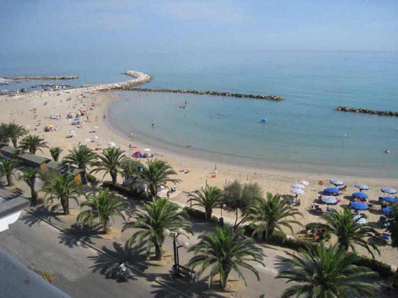 una panoramica della spiaggia truentina