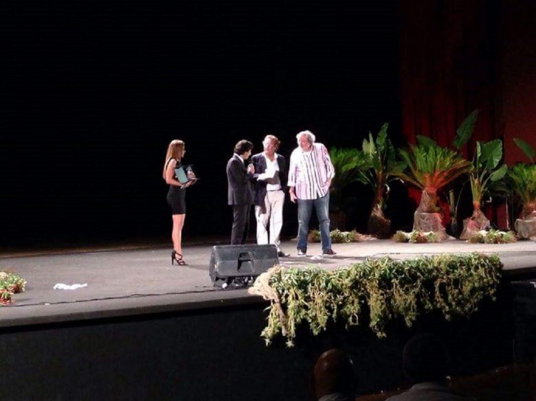 Francesco Guccini sul palco assieme a Enzo Iacchetti e al sindaco di Grottammare Enrico Piergallini