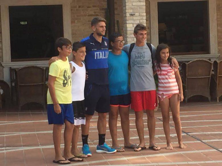 Domenico Berardi a Colli del Tronto con alcuni fan (foto di Cristiano Pietropaolo)