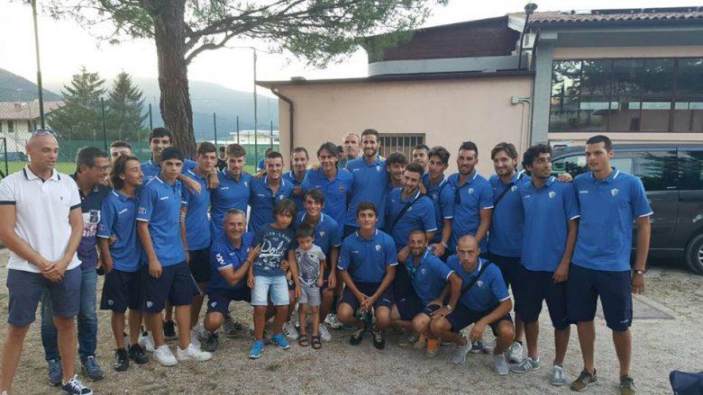 Il Porto d'Ascoli insieme a Filippo Inzaghi (foto tratta dalla pagina Fb SSd Porto d'Ascoli Srl)
