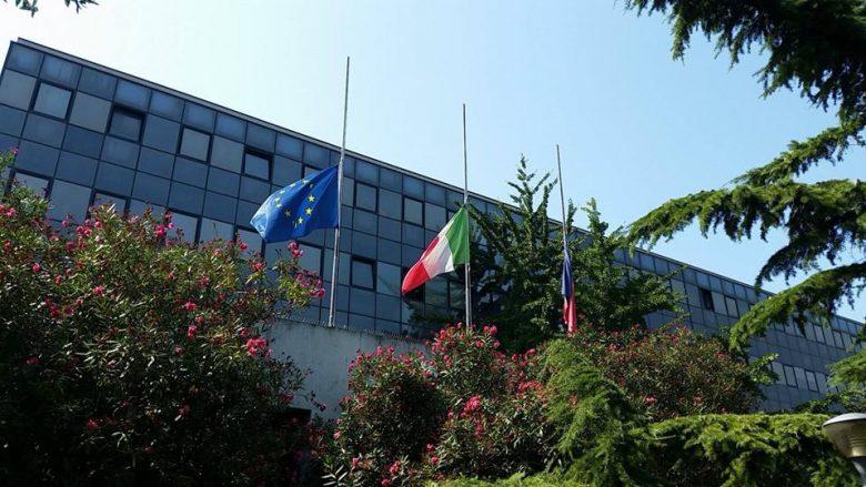 Bandiere a mezz'asta al Municipio (foto tratta da Città di San Benedetto del Tronto)