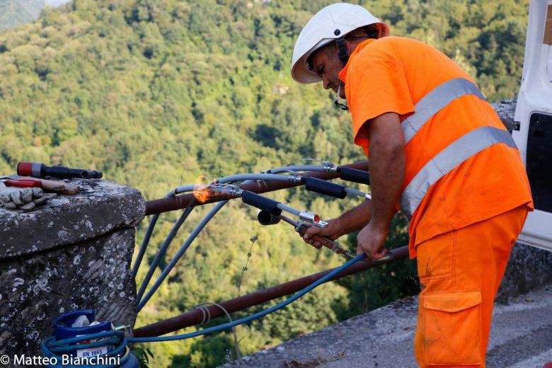 Arquata, un tecnico dell'Enel mette in sicurezza la rete elettrica