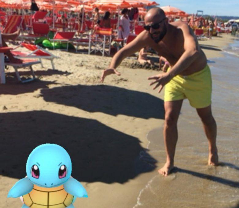 A caccia di Pokemon in spiaggia