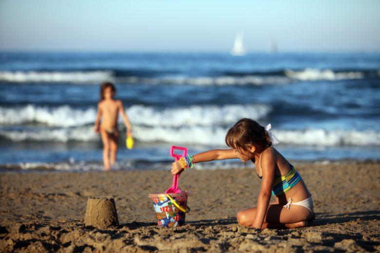bambini in spiaggia (foto google)