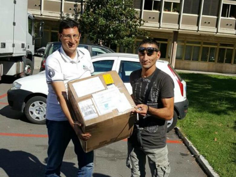 Il nostro Giacomo Lauretti consegna il pacco al padre di Giorgia, Fabio