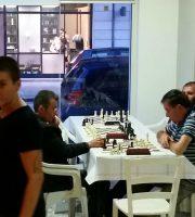 Il gioco degli scacchi in via Toscana
