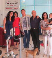 Vincenzo Mancini con moglie, figli, nipotino e Enzo Iachetti