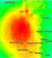 Mappa di deformazione ottenuta dai dati COSMO-SkyMed, relativa all'area che si estende dalle zone di Tufo e Pescara del Tronto fino all'area di Castelluccio, che grazie all'alta risoluzione dei dati elaborati evidenzia molto bene una deformazione localizzata (identificata dalla freccia), probabilmente legata ad un fenomeno di instabilità di versante. Si tratta di un'area estesa circa 800 metri per 600, sul fianco del Monte Vettore. (Fonte INGV/CNR)