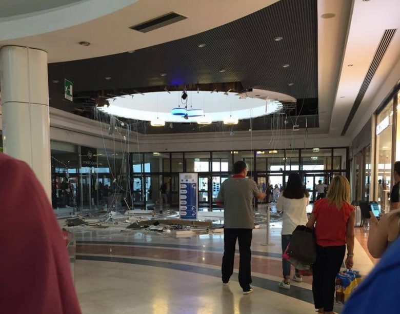 Colonnella, crolla parte del soffitto della galleria dell'Iper: centro commerciale evacuato