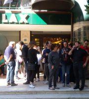 Persone in attesa davanti all'Hotel Relax