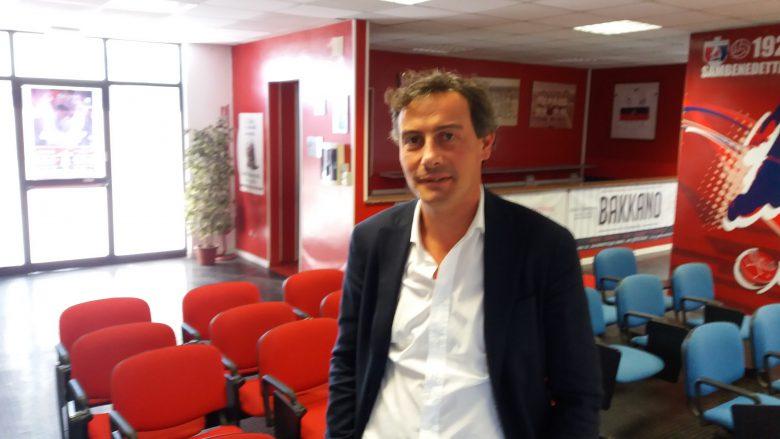 Il Dg Andrea Gianni immortalato nella sede rossoblu