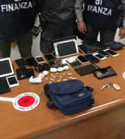 Sequestro di droga e altro materiale (foto Gdf Macerata)
