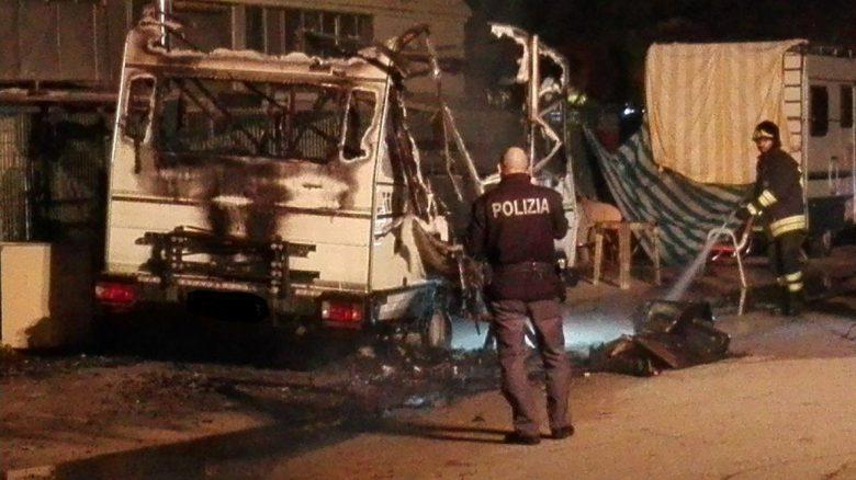Camper distrutto dal fuoco, 21 novembre (foto inviata da un nostro lettore)
