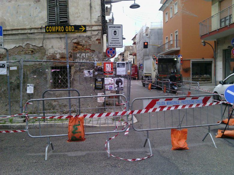 Transennato edificio in via Mentana e Pizzi