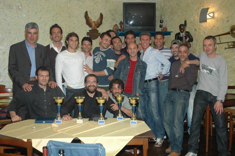 Loviso nel gruppo assieme agli altri giocatori, a mister Ugolotti e alcuni tifosi in una cena di premiazione con Riviera Oggi al Gipsy