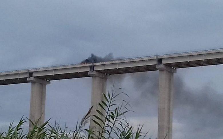 Auto in fiamme sul Salinello