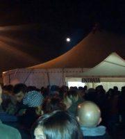 Folla fuori dal Palanatale prima di un'esibizione