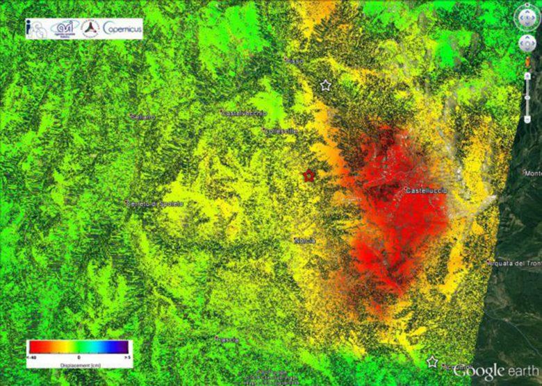 Mappa della deformazione ottenuta elaborando, con la tecnica dell'Interferometria Differenziale, le immagini radar della costellazione Sentinel-1 acquisite da orbite discendenti il 25 ottobre (pre-evento) ed il 31 ottobre (post-evento); la zona in rosso evidenzia l'area affetta dalle deformazioni di maggiore entità. (Fonte INGV)