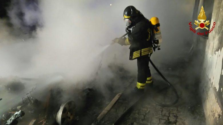 Milano: incendio in fabbrica abbandonata, tre vigili del fuoco feriti