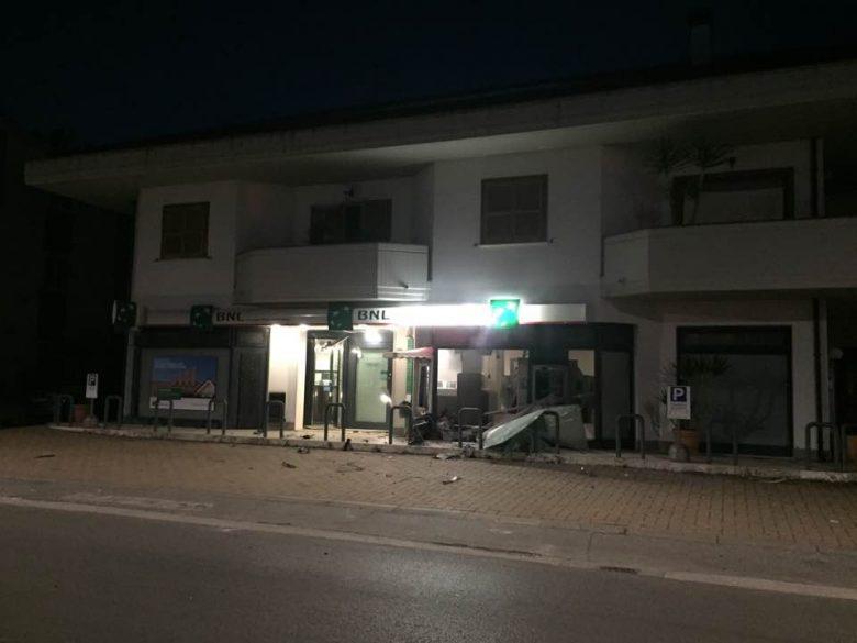Sant'Egidio, assalto con esplosivo al bancomat: banditi in fuga con 30mila euro