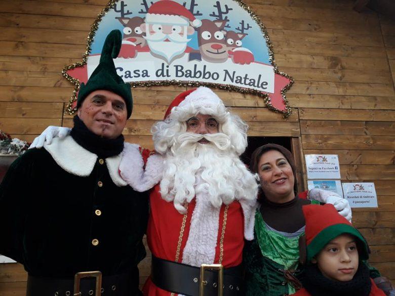 Babbo Natale E Gli Elfi.Foto Babbo Natale E Nella Casa A Porto D Ascoli Anche La Samb In