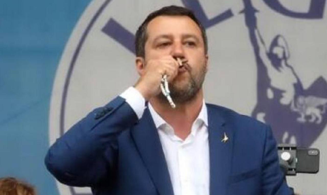 Politica italiana ed estera - Pagina 14 Matteo-Salvini-col-rosario-foto-Adnkronos