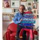 Ugo Nespolo con la miniatura del monumento Lavorare Lavorare nel videomessaggio ai sambenedettesi