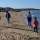 Fase 2 coronavirus, fine lockdown e passeggio in spiaggia con mascherina