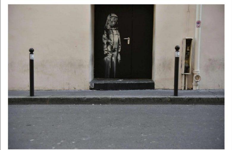 Ritrovata nelle campagne abruzzesi la porta del Bataclan con l'opera di Bansky