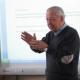 Gabriele Cavezzi, qui durante un incontro con gli alunni di una scuola elementare mentre spiegava la storia di San Benedetto